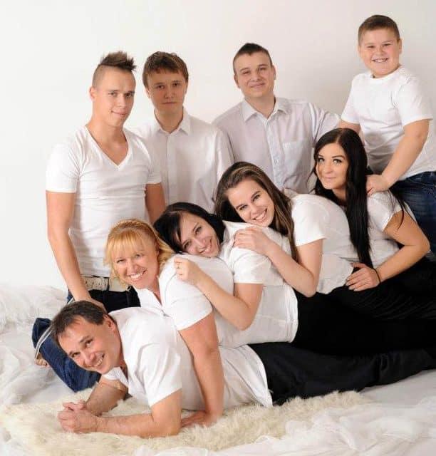 Alana com a família húngara que a recebeu