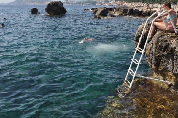 Escadas pra entrar na água estão em todos lugares na Cróacia para facilitar a vida dos banhistas