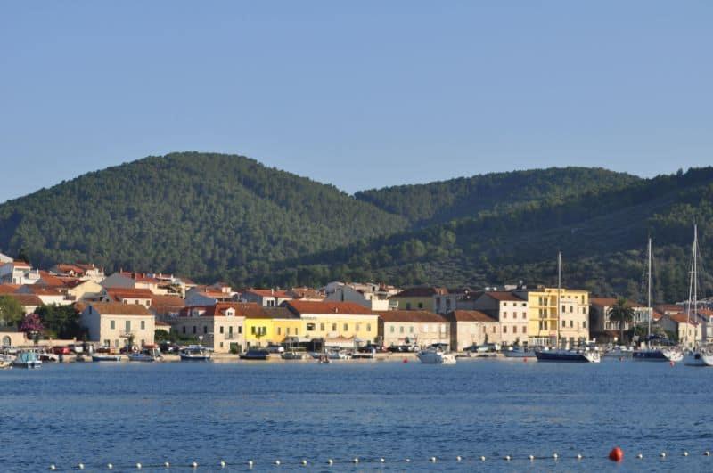 Casinhas coloridas de Vela Luka, na Croácia, vistas da praia.
