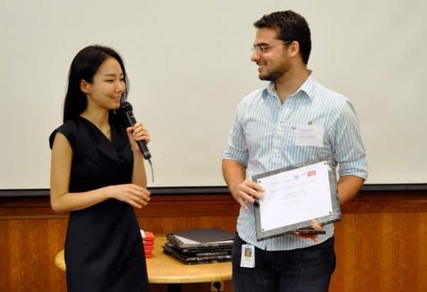 Caio recebendo o prêmio em Harvard