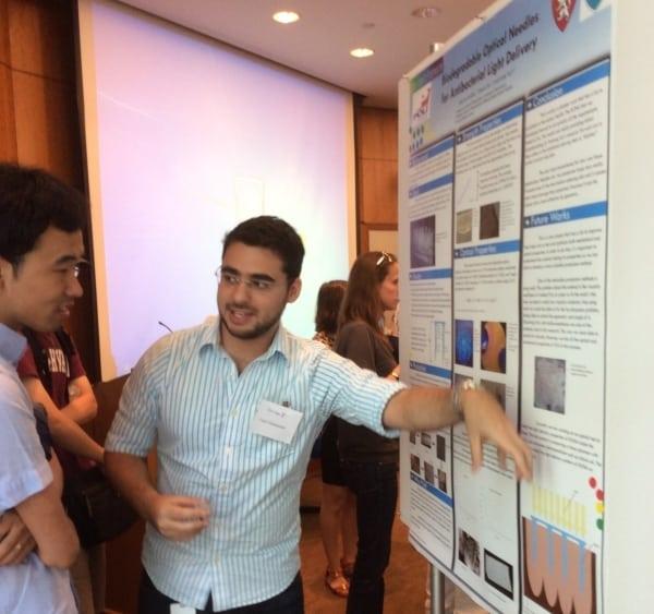 Caio apresentando os resultados de sua pesquisa no laboratório