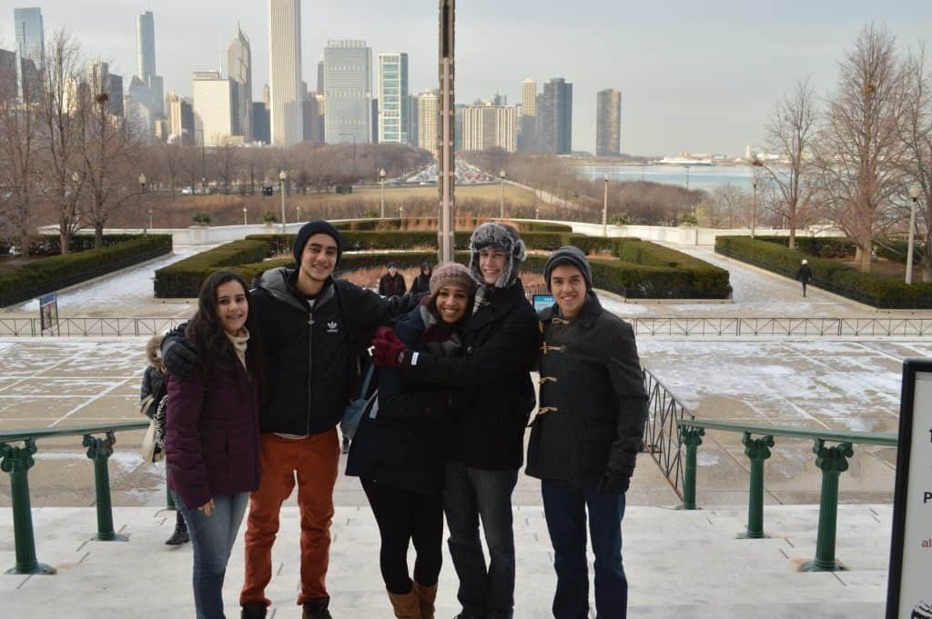 Yasmym com intercambistas em Chicago Como é estudar em uma escola nos Estados Unidos