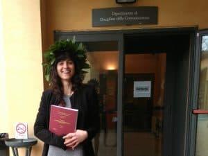 """Com a coroa de louros típica da comemoração de """"laurea"""" na Itália e com a minha dissertação"""