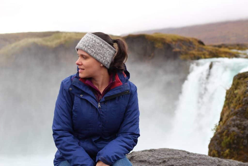 bruna na cachoeira de godafoss na viagem para a islandia bruna amaral partiu intercambio
