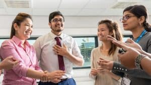 bolsas MBA liderança feminina Surrey
